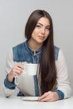 Вертикальный портрет женщины на таблице Стоковые Изображения RF
