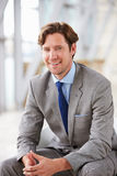 Вертикальный портрет корпоративного усаживания бизнесмена Стоковое фото RF