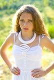 Вертикальный портрет красивой девушки внешней Стоковые Изображения