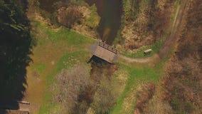 Вертикальный полет трутня от деревянного моста на Eutersee акции видеоматериалы