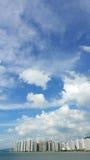 Вертикальный проживающий городской пейзаж зданий, cloudscape и голубое небо Стоковое Изображение RF