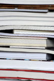 Вертикальный стог крупного плана книг стоковое изображение rf