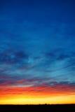 Вертикальный цветастый заход солнца над землей Стоковое Изображение RF