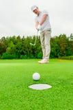 Вертикальный человек изображения играя гольф стоковые фото