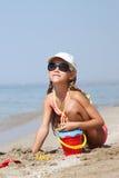 Вертикальным загоренный портретом ребенок девушки на море Стоковое фото RF
