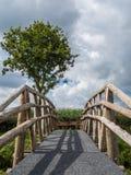 Вертикаль деревянного моста с стрелками Стоковое фото RF
