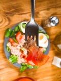 Вертикаль делая домодельный среднеземноморской салат с оливковым маслом Стоковые Фотографии RF