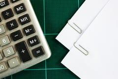 вертикаль зажима бумажная Стоковое фото RF