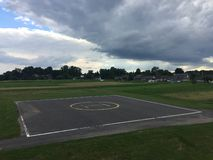 Вертодром среди зеленой травы стоковые фото