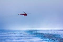 вертолет в тумане на море льда стоковое изображение rf