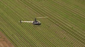 Вертолет и пилот с землей в замедленном движении сток-видео