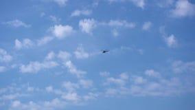 Вертолет летает в небо видеоматериал