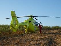 Вертолет припаркованный на поле Стоковая Фотография
