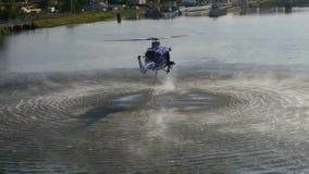 Вертолет при ведро воды используемое для воздушного пожаротушения куста акции видеоматериалы