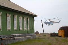 вертолет Mi-8 приземляется на ледовую станцию острова Vaygach Стоковые Фотографии RF