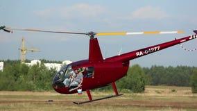 2 вертолета летели над полем, играми вертолета сток-видео