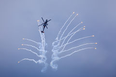 Вертолет выпуская пирофакелы стоковая фотография