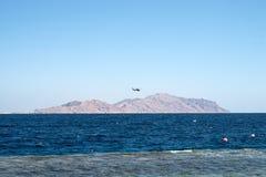 Вертолет летает над морем Стоковые Изображения