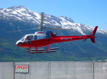 Вертолет используемый для путешествий над ледниками Аляски Стоковые Изображения RF