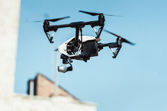 Вертолет квада трутня в небе Стоковое Изображение RF