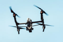 Вертолет квада трутня в небе Стоковые Изображения