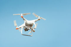 Вертолет квада трутня в небе Стоковая Фотография