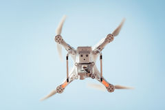 Вертолет квада трутня в небе Стоковое Изображение