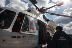 Вертолет министерства аварийных ситуаций экипажа Стоковая Фотография