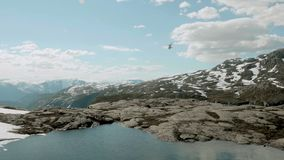 Вертолет над горами в Норвегии видеоматериал