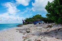 Вертолет на пляже на дереве и красивом океане и облаках на backgorund Стоковое Изображение RF