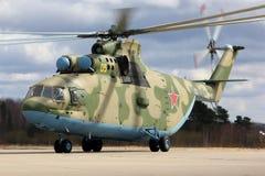 Вертолет перехода Mil Mi-26 RF-93572 тяжелый русской военновоздушной силы во время репетиции парада дня победы на авиационной баз Стоковые Изображения RF