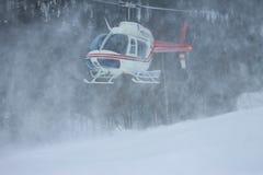 Вертолет приземлился в горы в зиме, поднимая clou Стоковое Изображение RF