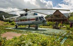 Вертолет приземлился на том основании около администрации запаса в долине гейзеров Стоковые Изображения RF