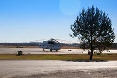 Вертолет припаркованный на вертодроме Стоковые Фото