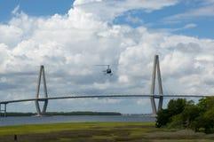 Вертолет приходя внутри для посадки с мостом Ravenel на заднем плане Стоковое Фото