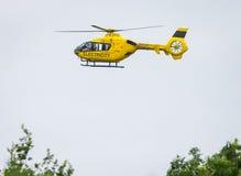 Вертолет проверяя надземные силовые кабели Стоковая Фотография RF