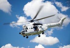 Вертолет сернобыка военновоздушной силы ЙОХАННЕСБУРГА, ЮЖНОЙ АФРИКИ - апреля 2017 южно-африканский покрашенный в Организации Объе Стоковые Изображения