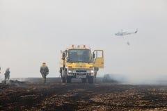 Вертолет Droppin пожарного защиты гражданского населения Spainsh BELL-212 Стоковая Фотография