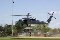 Вертолет MH-60S от авиаотряда 5 боя моря вертолета с посадкой команды EOD Американского флота для демонстрации противосредств шах Стоковые Изображения RF