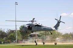 Вертолет MH-60S от авиаотряда 5 боя моря вертолета с посадкой команды EOD Американского флота для демонстрации противосредств шах Стоковые Фотографии RF