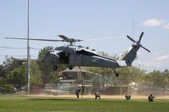 Вертолет MH-60S от авиаотряда 5 боя моря вертолета с посадкой команды EOD Американского флота для демонстрации противосредств шах Стоковое фото RF