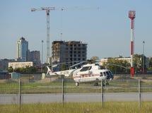 Вертолет Mi-8MTV-1 (RF-32785) FGUAP EMERCOM России в месте для стоянки клуба Стоковое Изображение RF