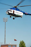 Вертолет Mil Mi-17 проводя спасение от воды на озерах Senec солнечных, Словакии Стоковое Изображение RF