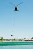 Вертолет Mil Mi-17 проводя спасение от воды на озерах Senec солнечных, Словакии Стоковые Фото