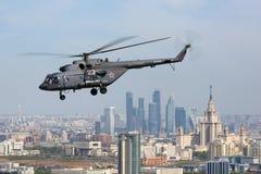 Вертолет Mil Mi-8AMTSH русской военновоздушной силы во время парада дня победы летая над городом Москвы Стоковое Изображение