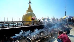 Верующие на золотом алтаре ` s утеса, Kyaiktiyo, Мьянме сток-видео