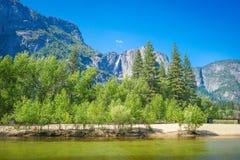 Верхнее падение и footbridge Yosemite над рекой Merced Стоковое Фото