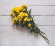 верхнее wiev хризантемы на белых досках Стоковые Фото