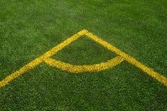 Верхней части взгляд угла вниз желтой линии на зеленом футбольном поле стоковая фотография