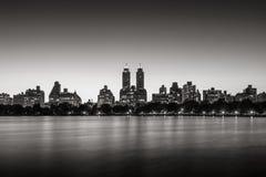 Верхние западная сторона и Central Park на сумерк, черноте Нью-Йорка & белизне Стоковые Фотографии RF